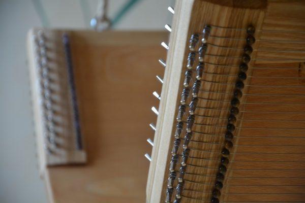 Klang-Schaukel 4 Spielflächen Saitenwirbel, je 22 Saiten mit Feinstimmerperlen
