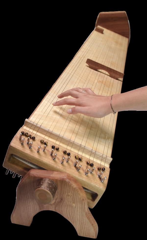 Multichord Gaya 140 Seitenansicht mit spielenden Fingern