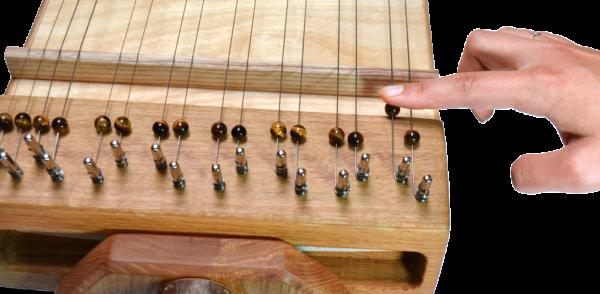 Multichord Gaya 140 Detailansicht Kopf, Frontansicht Perlen verschieben zum Feinstimmen