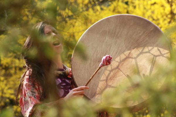 trommel spielen und freies singen in der Natur