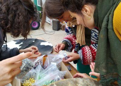 Materialien werden ausgesucht für die Perlen Bespannung