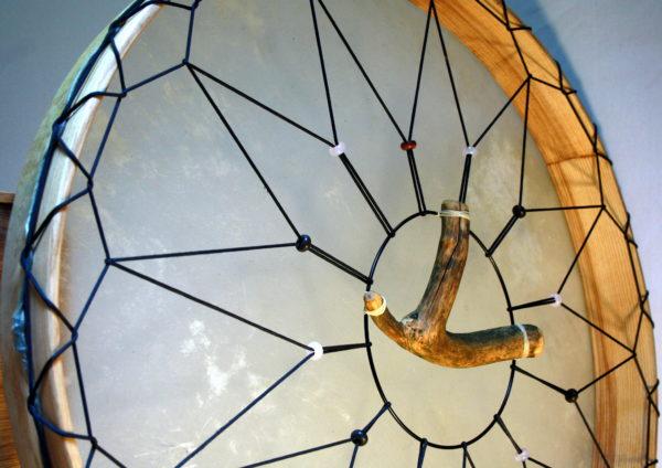 Rahmentrommel Moon Drum, weisses Naturfell matt, Rückseite, Deluxe Ausführung mit Holzgriff, Nahaufnahme