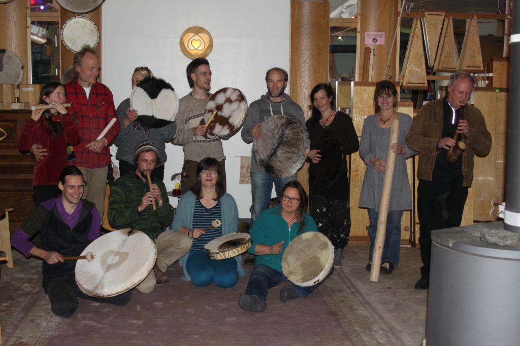 Teilnehmer feiern ihre fertigen Instrumente