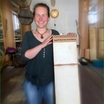 zufriedene Kunden strahlen, diese junge Frau hat bei uns ihr eigenes Monochord gebaut