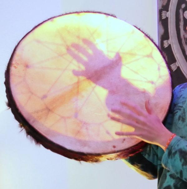 Rahmentrommel mit den Fingern spielen für akzentuierte Rhythmen