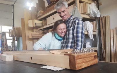 Erfahrungsbericht vom Monochord-Bau Workshop: Verena und Hans strahlen vor Freude!